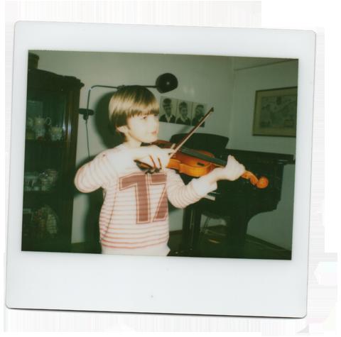 Ein Bild von mir beim Geigenunterricht mit ungefähr fünf/sechs Jahren.